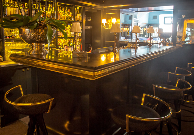 Il bancone del bar in ottone